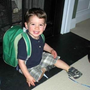 copil cu rucsac ghiozdan in spate (http.arlingtonbabycommunity.com)
