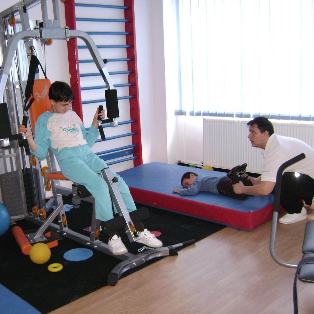 kinetoterapei copil fitness exercitii (www.fabricadebani.ro)
