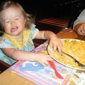 fetita copil mancare (www.downrightfaith.com)