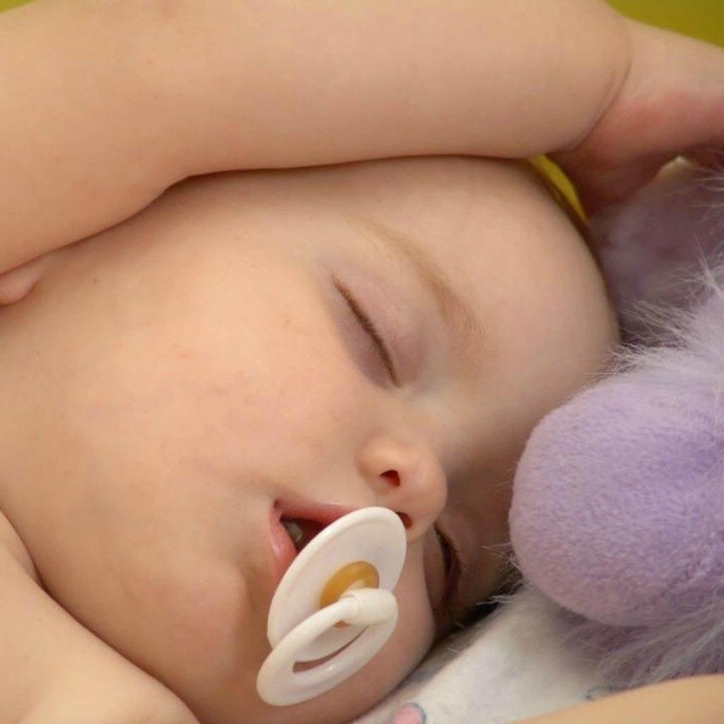 nou nascut suzeta somn (www.hdwallpaperhub.com)