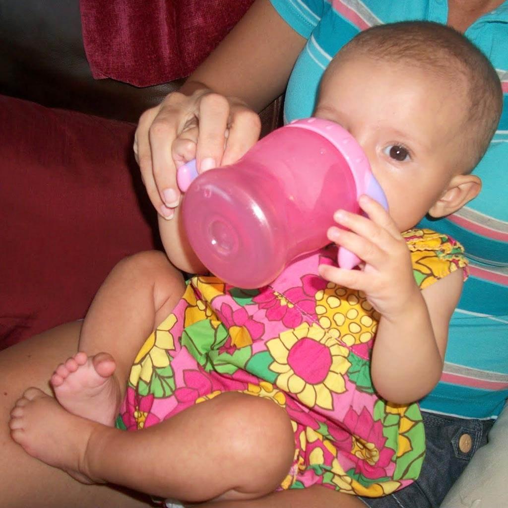 hidratare bebelus bea apa (http://1.bp.blogspot.com)