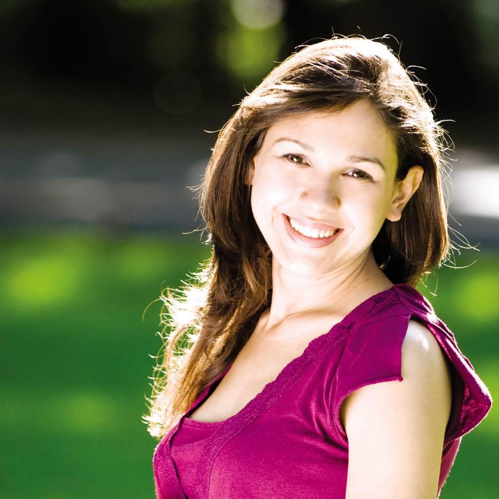 femeie gravida care zambeste (http://blog.dentalplans.com)
