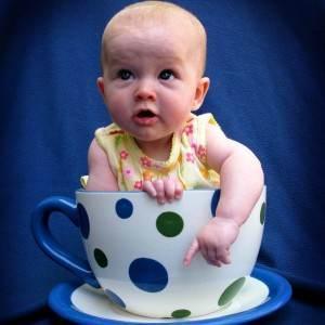 bebelus in ceasca de ceai (http://fc05.deviantart.net)