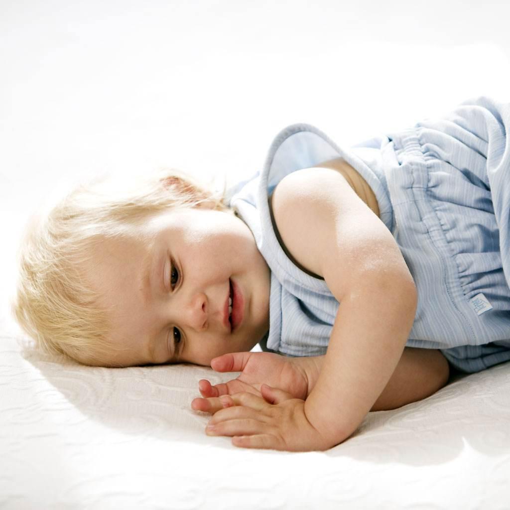 bebelus care se pregateste sa doarma (www.poppetbabywear.com)