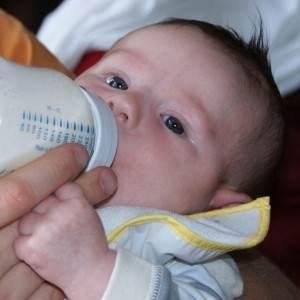 bebelus care bea lapte din biberon (www.babysday.co.uk)