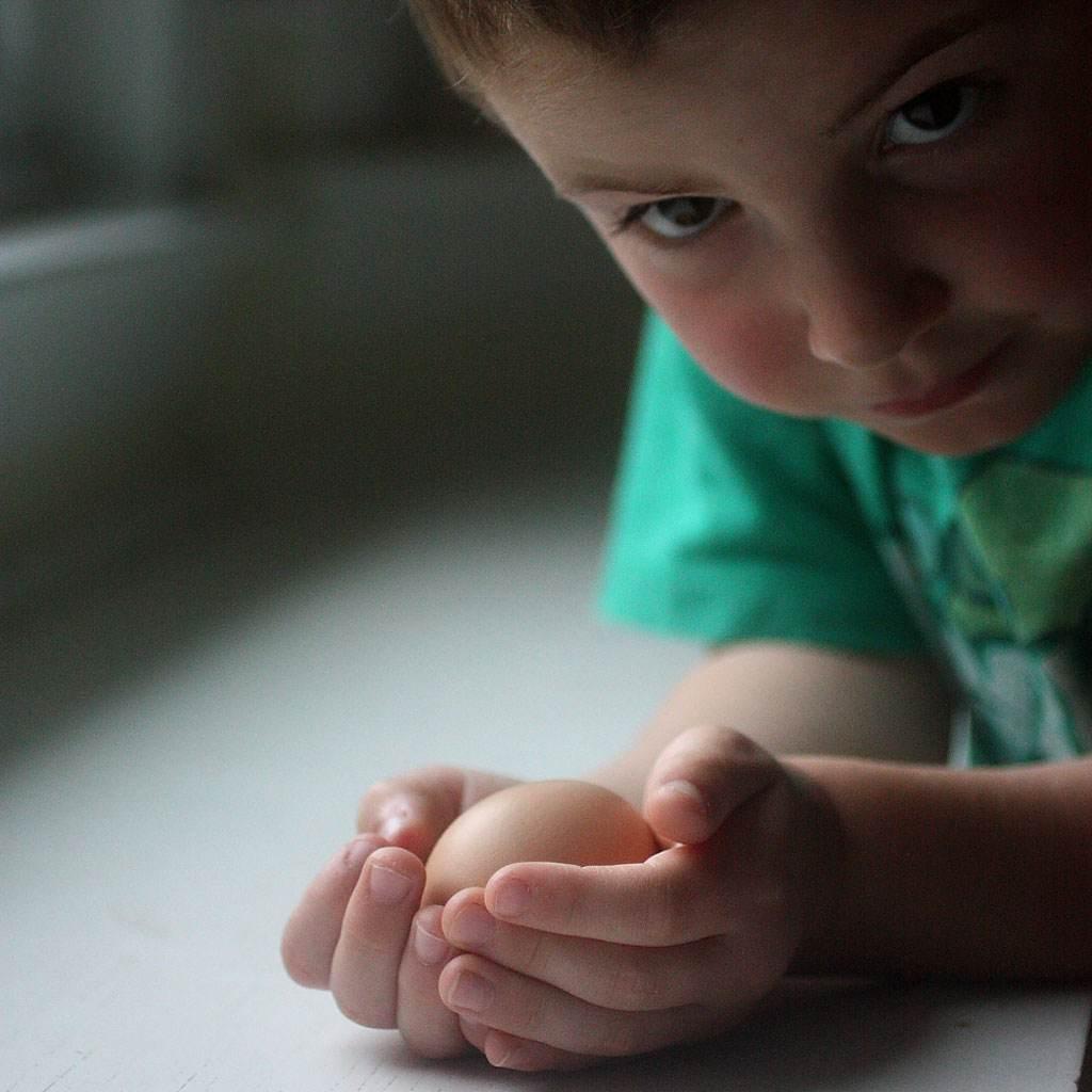copil cu ou in mana (http://3.bp.blogspot.com)