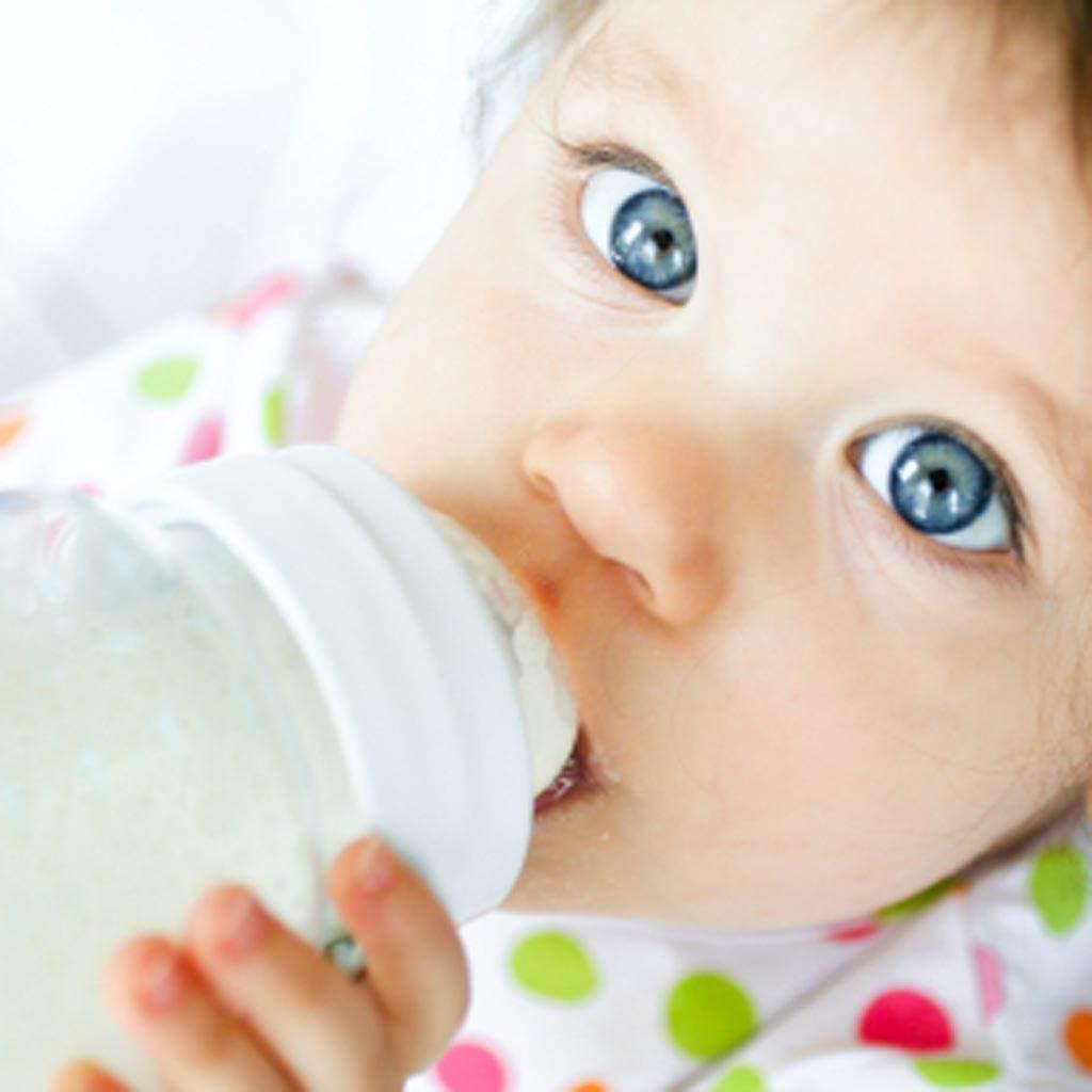 copil care bea apa (www.icis.com)