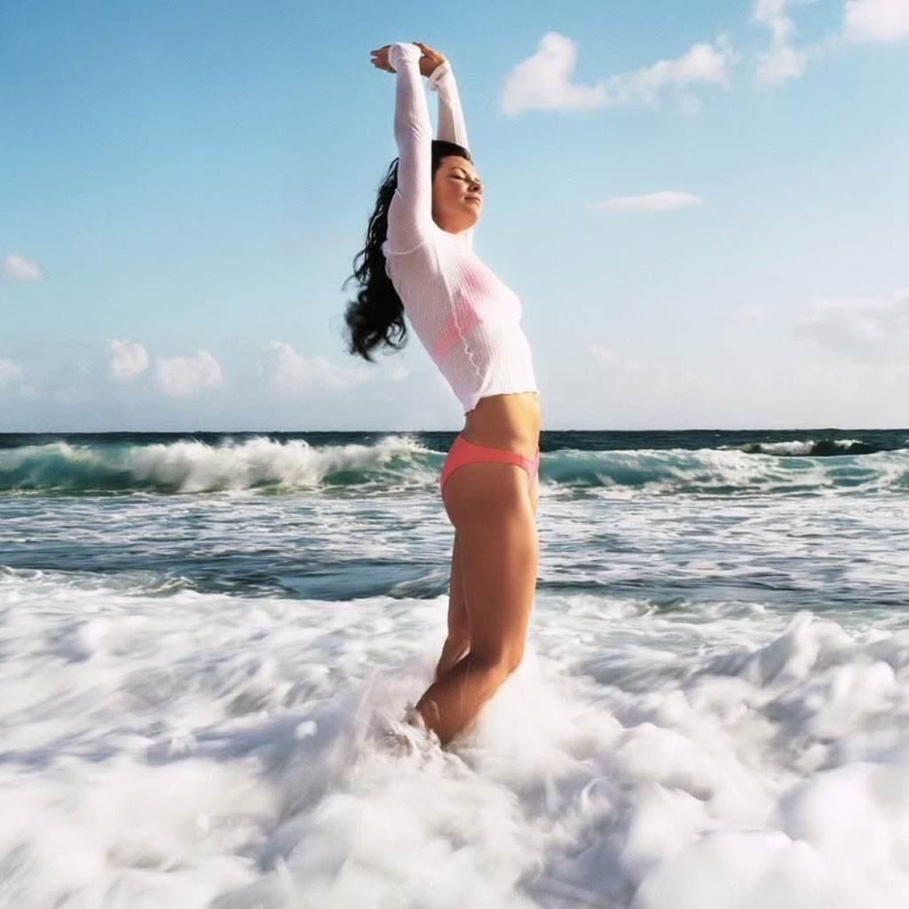 femeie pe plaja (www.thetruthaboutfatlossforwomen.com)