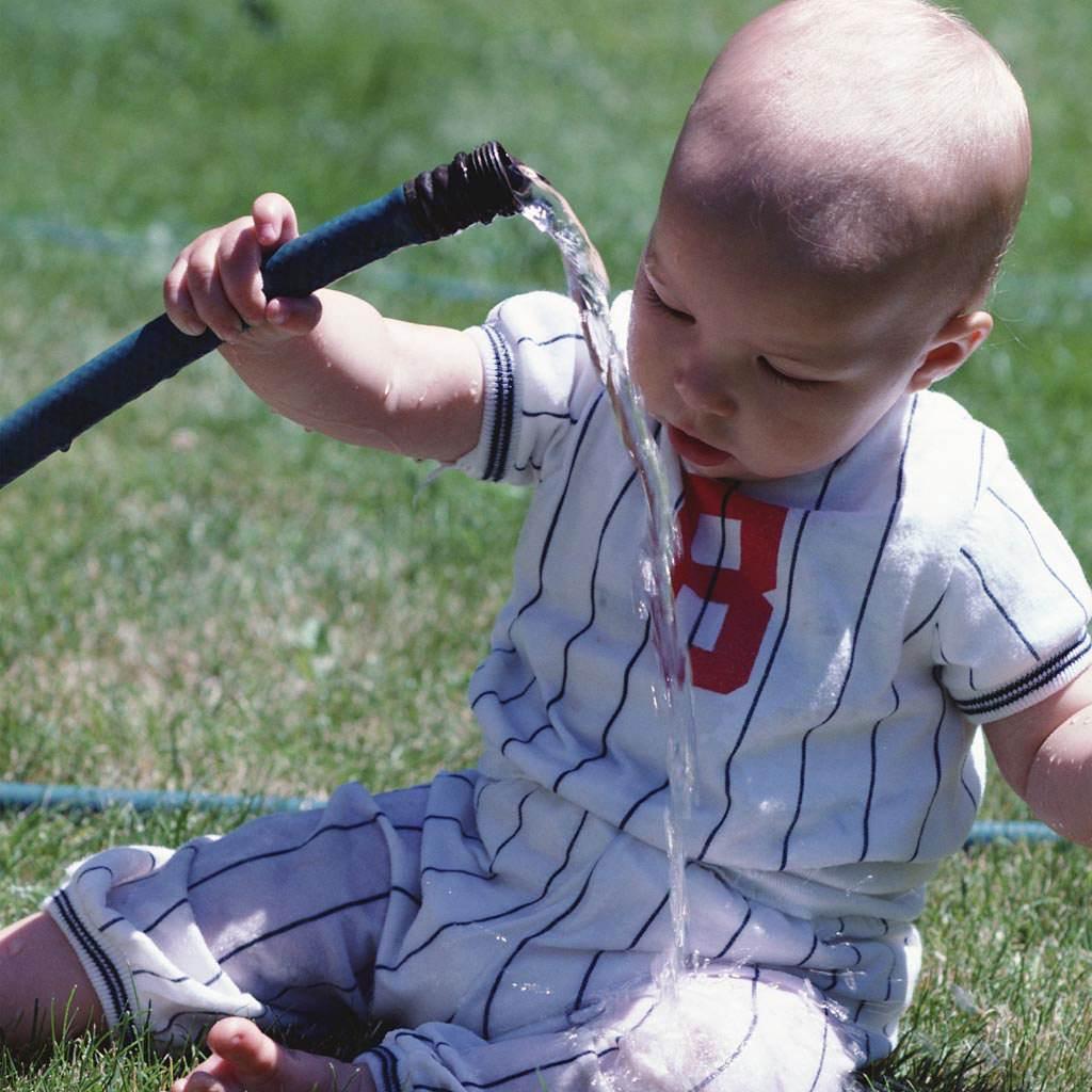 copil care se uda cu apa (http://baby-einstein.net)