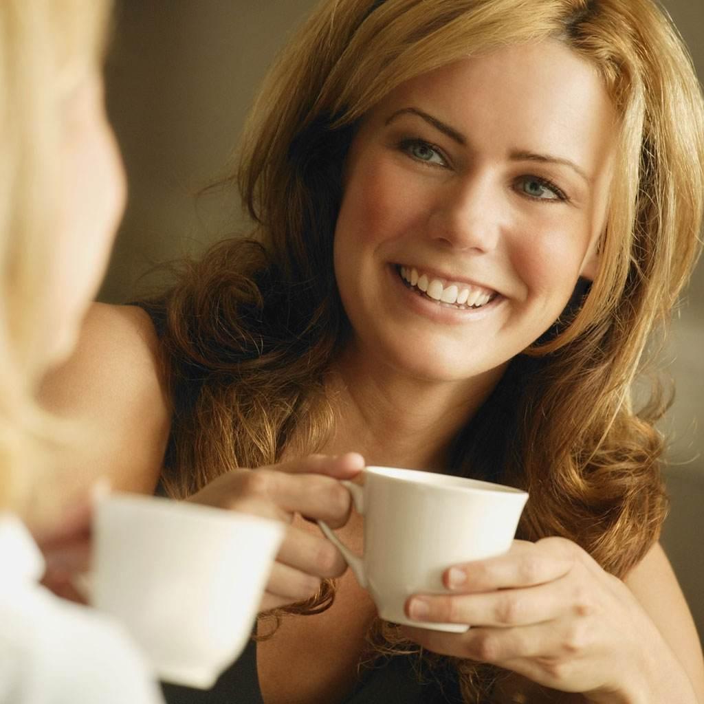 femeie care bea cafea (www.ingoodfeather.com)