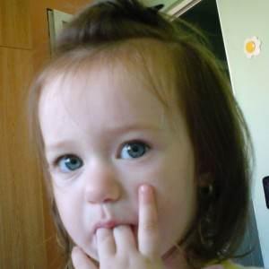 copil care isi suge degetul (www.media.photobucket.com)