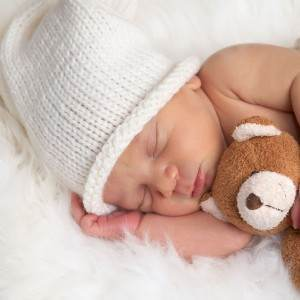 bebelus care doarme cu ursuletul (www.tinygreenmom.com)