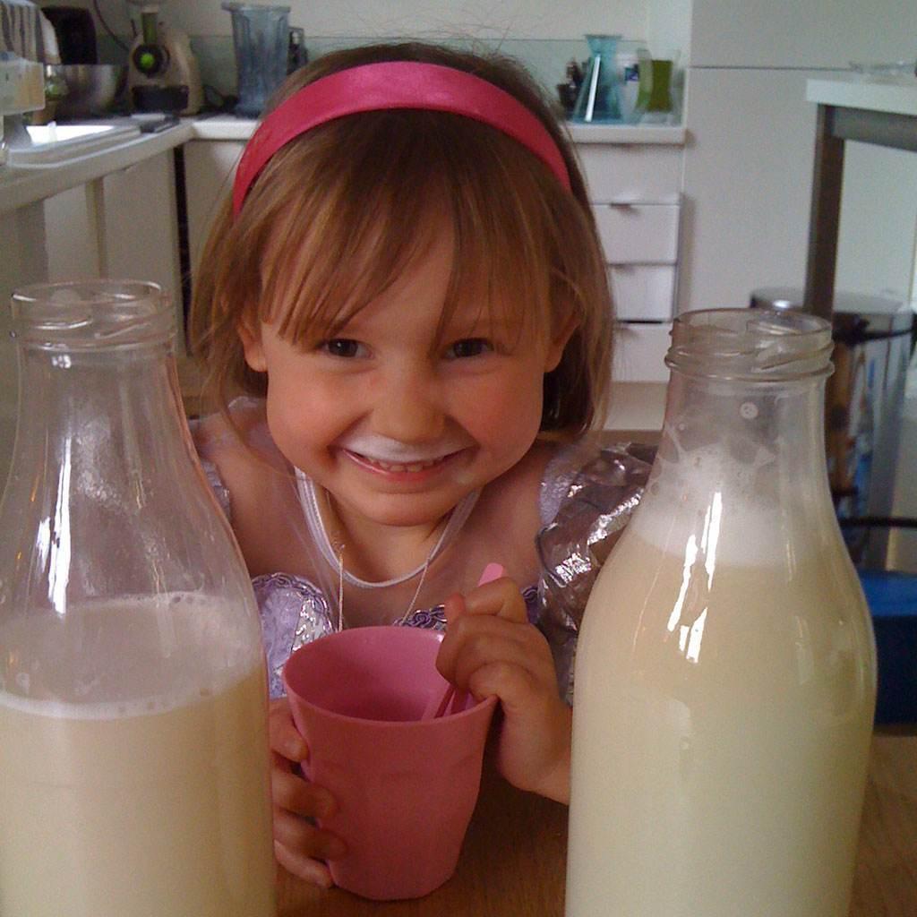 fetita care bea lapte (http://1.bp.blogspot.com)