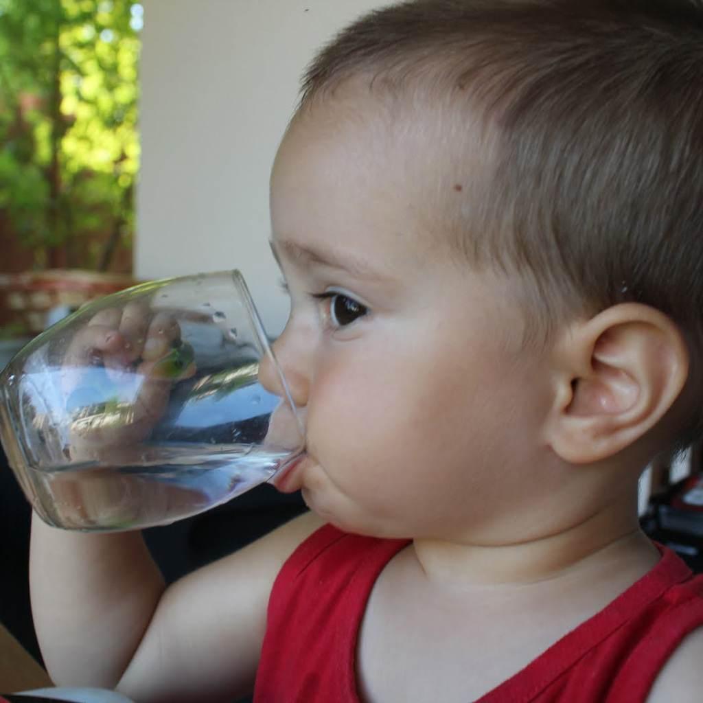 bebelus care bea apa (http://2.bp.blogspot.com)