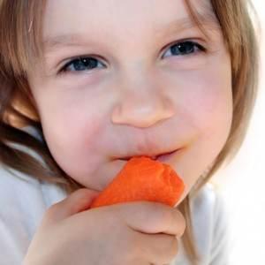 fetita care mananca morcov (http://3.bp.blogspot.com)