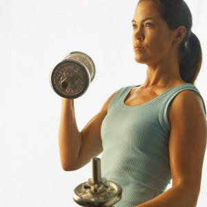 femeie care ridica greutati (www.inshapeladiesfitness.webs.com)