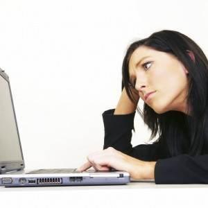 femeie stresata in fata calculatorului (www.onecalldirect.co.uk)