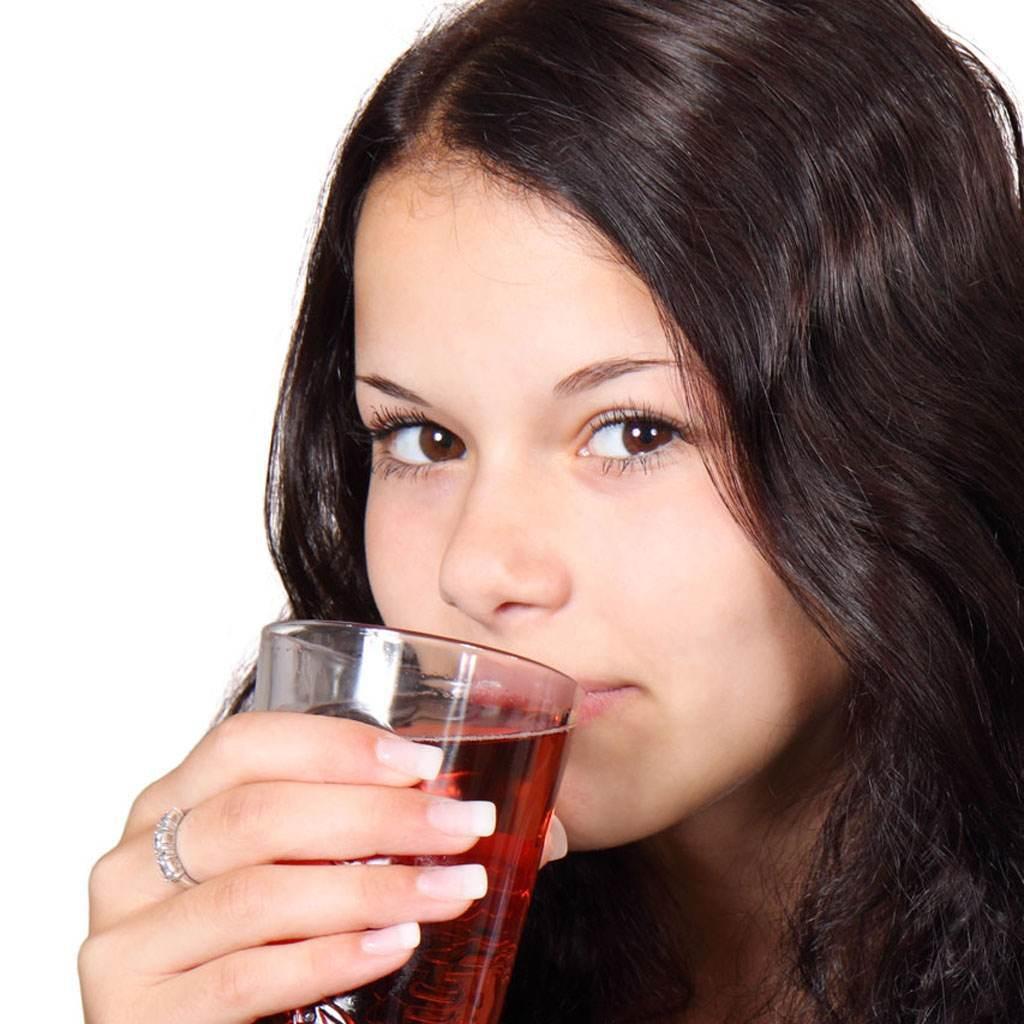 femeie care bea suc (www.publicdomainpictures.net)