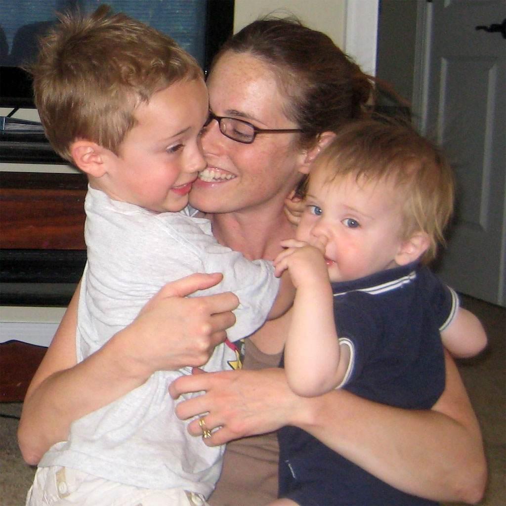 imbratisarile-ajuta-cresterea-copiilor
