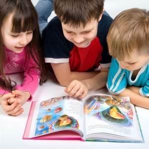 copii care citesc (www.childrensbooksbykarenandrobyn.com)