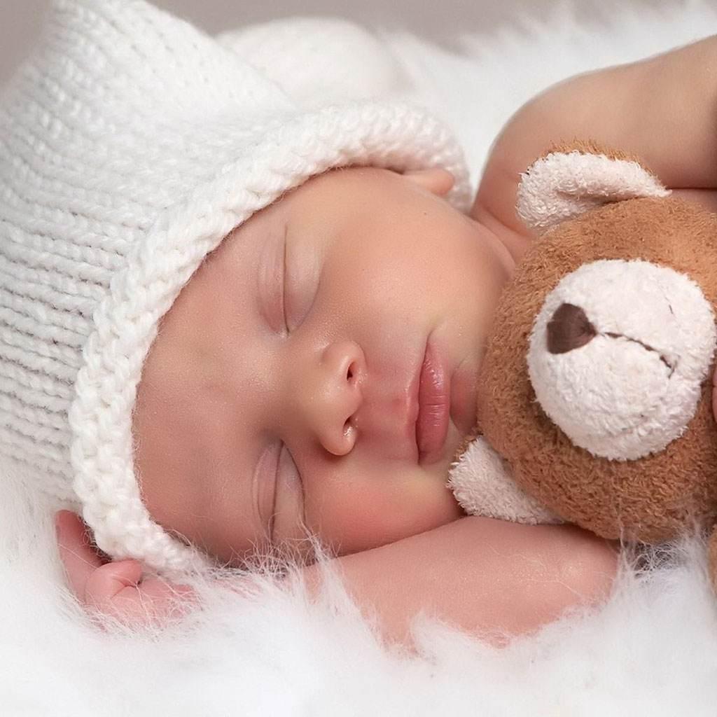 bebelus care doarme ( www.colorfulwallpaper.net)