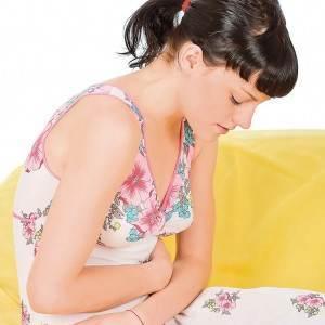 femeie cu dureri abdominale (www.blog.sanatateatv.ro)