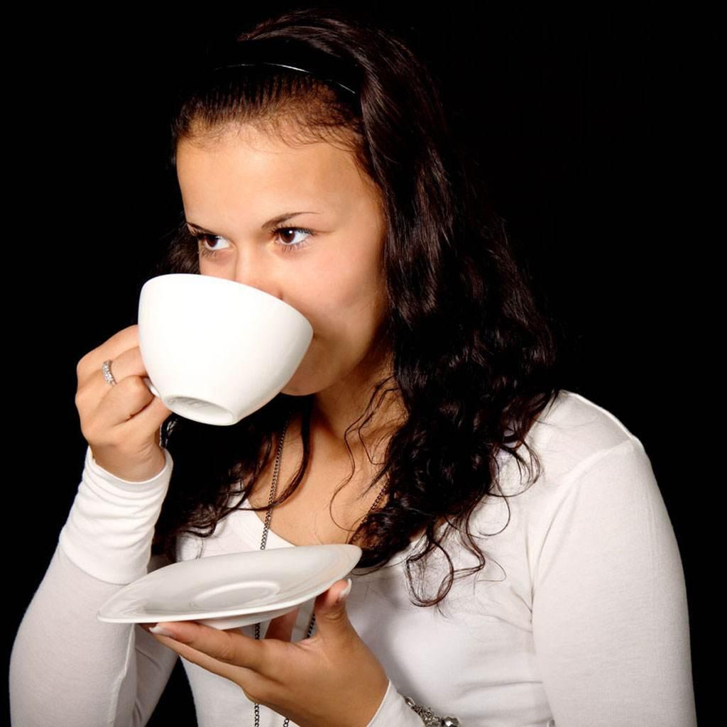 femeie care bea cafea (www.publicdomainpictures.net)