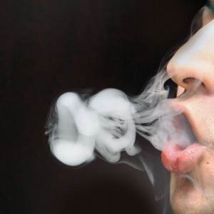 barbat care fumeaza (www.differentwaystopquitsmoking.com)