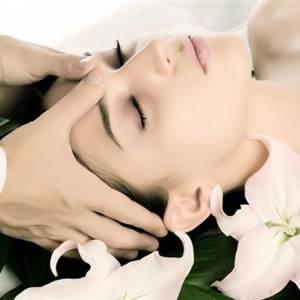femeie la cosmetica (www.salon-aphrodite.ro)