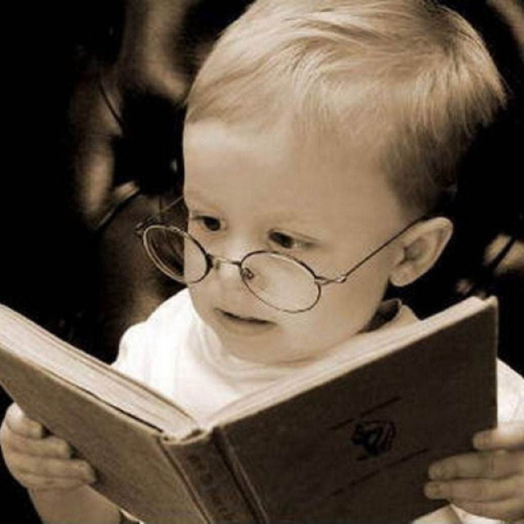 bebelus care citeste (www.sanatate.bzi.ro)