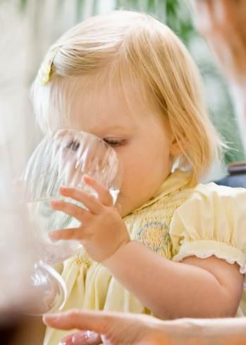 copil care bea apa 2
