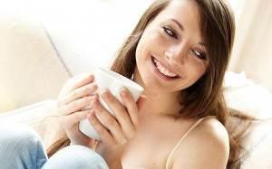 femeie bea ceai