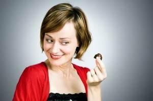 femeie mananca ciocolata neagra