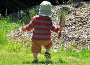 copil se joaca afara