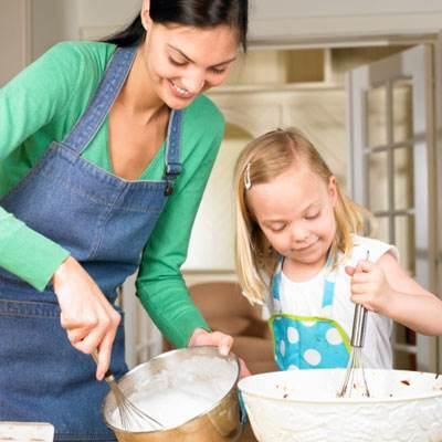 mom-daughter-baking-del0410-xl1