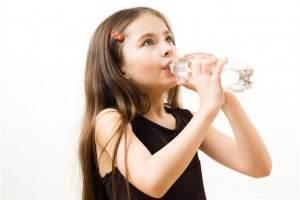 copil bea apa
