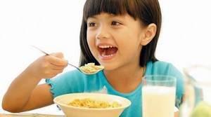 copil mic dejun
