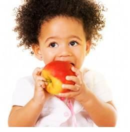 copil mananca fructe
