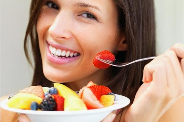femeie mananca fructe