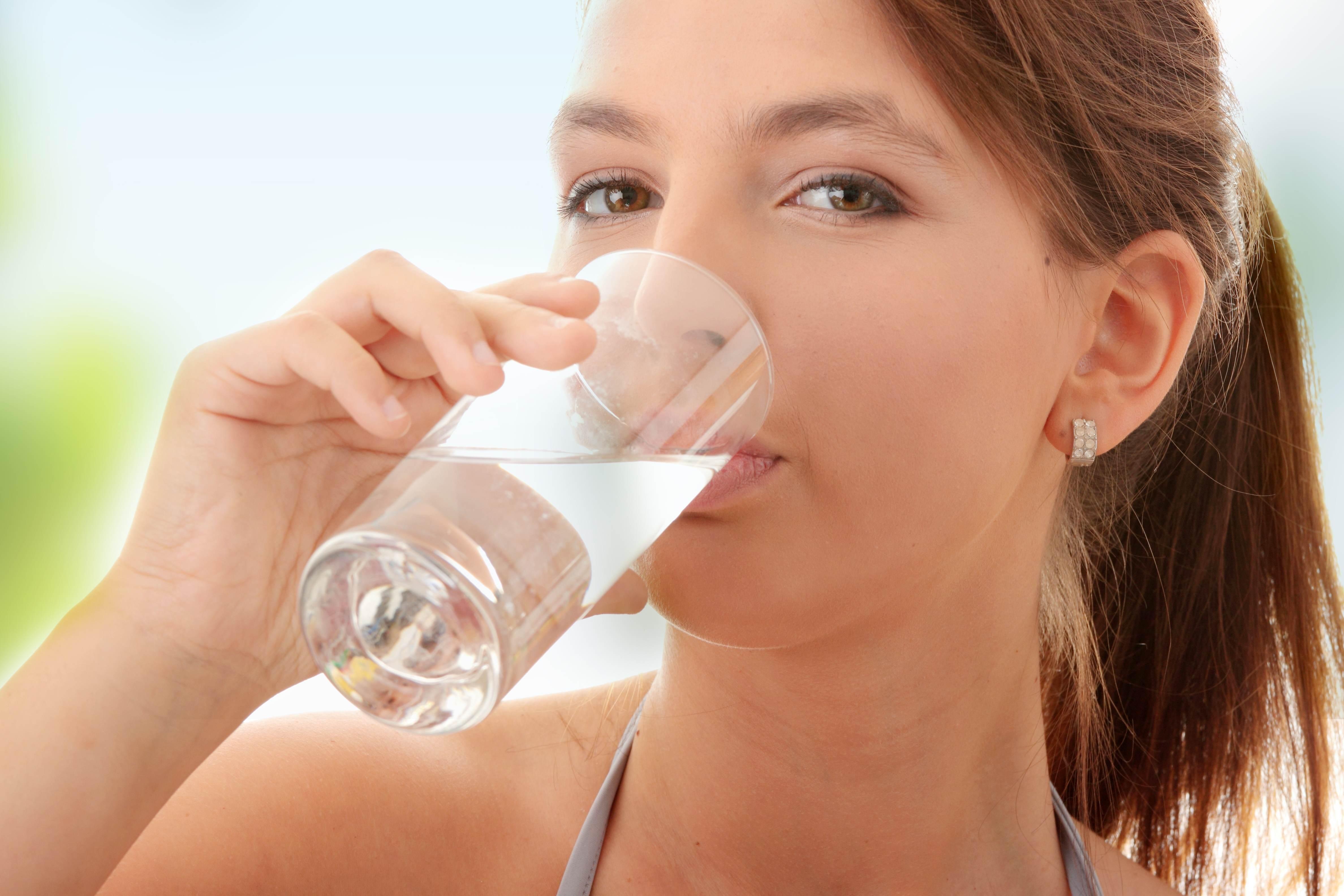 femeie bea apa