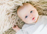 bebelus in paturica